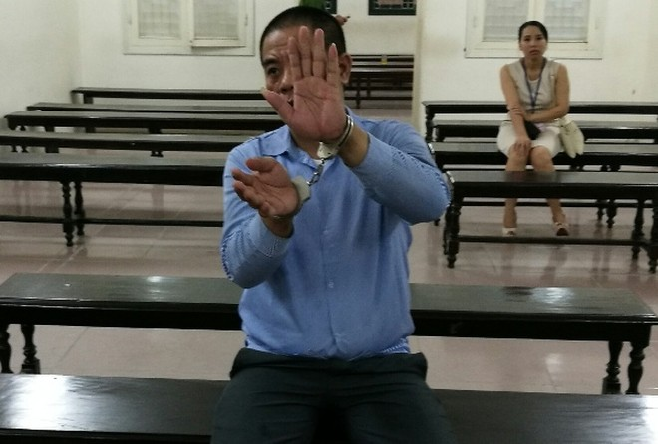 Bị cáo Lê Tiến Thành lúc tòa rút vào nghị án