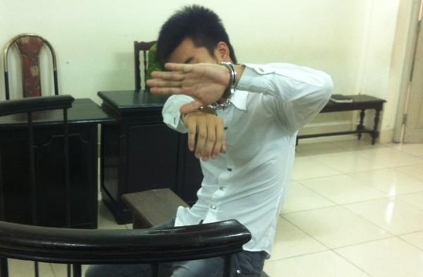 Vũ Văn Long luôn đưa tay che mặt khi bị PV chụp hình