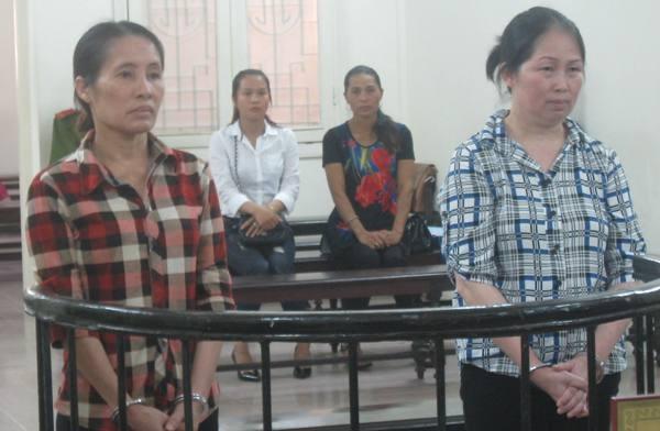 Nguyễn Thị Lan (bên phải) cùng bị cáo liên quan tại phiên tòa