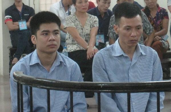 Nguyễn Tiến Anh (bên phải) cùng đồng bọn tại phiên tòa