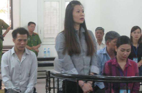 Hoàng Bích Ngọc (đứng) cùng các bị cáo liên quan tại phiên tòa
