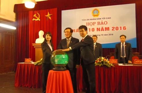 Đồng chí Nguyễn Hòa Bình (giữa) - Bí thư Trung ương Đảng, Chánh an TAND Tối cao