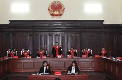 Tới đây, các thẩm phán ở 13 tòa án sẽ mặc trang phục áo choàng dài tay khi xử án