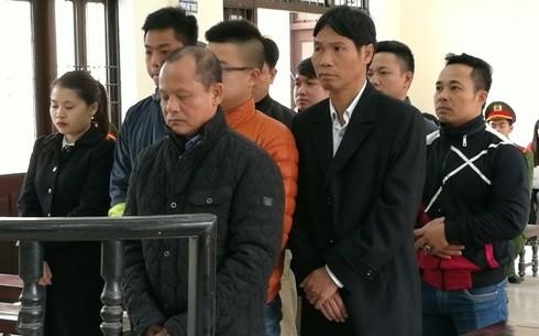 Bị cáo Minh (trên cùng, bên phải) cùng các bị cáo liên quan
