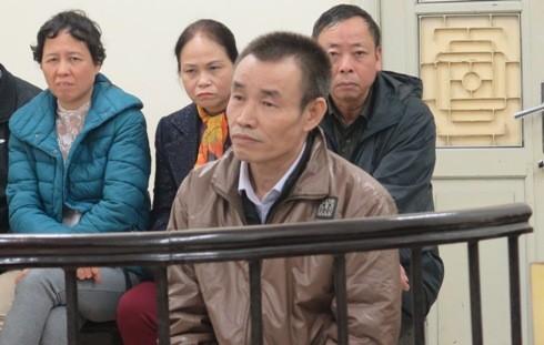 Nguyễn Quý Toán (ngay sau vành móng ngựa) đã phải trả món nợ từ hơn 23 năm trước