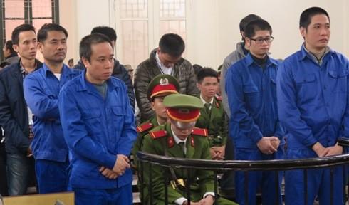 Phạm Đình Hòa (trên cùng, bên trái) cùng các bị cáo liên quan tại phiên tòa