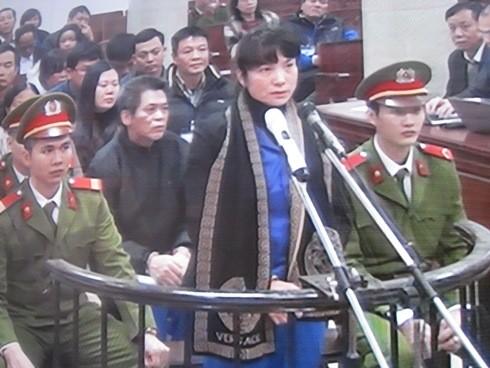 Bị cáo Phạm Thị Bích Lương (đứng), ngoài bị tuyên phạt 30 năm tù còn phải bồi thường 1.378 tỷ đồng cho Agribank
