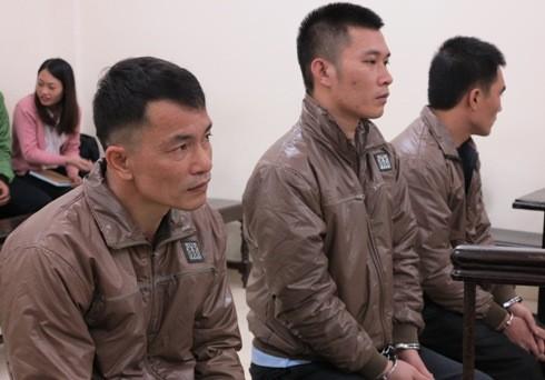 Đàm Quang Cảnh (ngoài cùng, bên trái) cùng đồng phạm tại phiên tòa