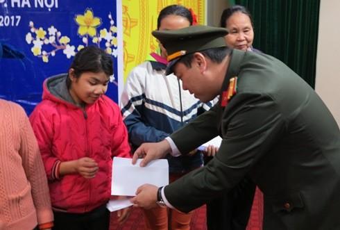 Thiếu tá Lưu Hồng Quân - Phó TBT Báo An ninh Thủ đô trao quà Tết cho các hộ nghèo