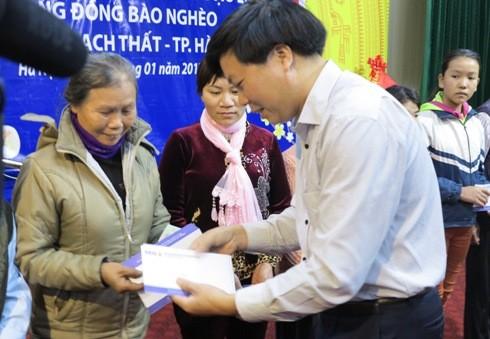Ông Lại Minh Hiếu - Phó Giám đốc BIDV Thạch Thất trao quà Tết cho các hộ dân nghèo