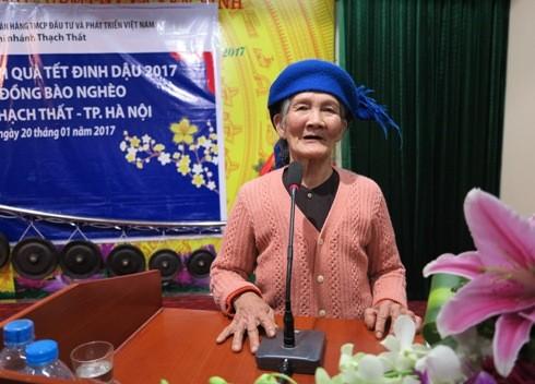 Cụ Vũ Thị Than bày tỏ sự cảm ơn tới Ban biên tập Báo An ninh Thủ đô và BIDV Thạch Thất