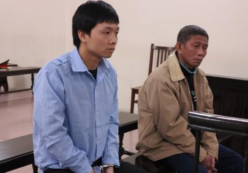 Trần Đăng Mai (bên trái) cùng đồng bọn tại phiên tòa