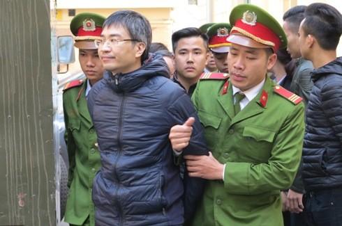 Hơn 9h, bị cáo Giang Kim Đạt được dẫn giải vào phòng xử án