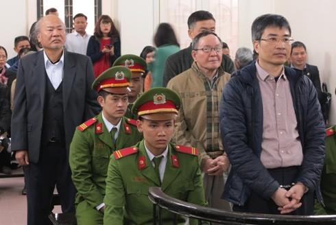Bị cáo Giang Văn Hiển (sau cùng, bên trái) cùng các bị cáo liên quan tại phiên tòa