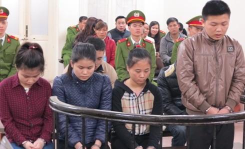 Phùng Đình Ánh (ngoài cùng, bên phải) cùng các bị cáo liên quan