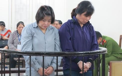 Nguyễn Thị Hằng (bên phải) cùng đồng phạm tại phiên tòa
