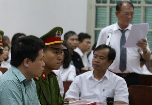 Luật sư Nguyễn Đình Hưng (đứng) - người bảo vệ quyền lợi cho Oceanbank hiện nay