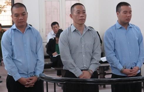 Vũ Huy Phong (giữa) cùng 2 bị cáo liên quan