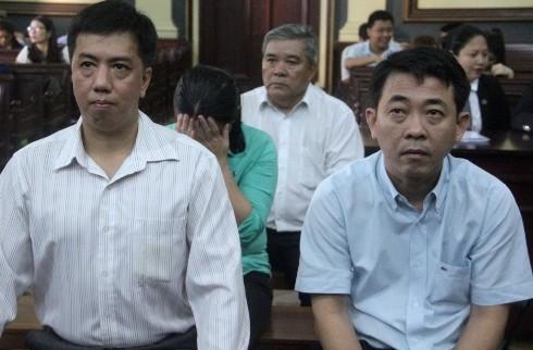 Cựu TGĐ Công ty Pharma Nguyễn Minh Cường (bên phải) cùng đồng phạm tại phiên tòa