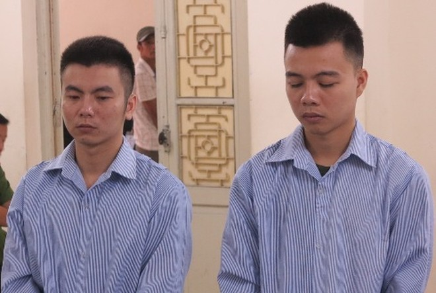 Vũ Quang Vinh (bên phải) cùng đồng phạm tại phiên tòa