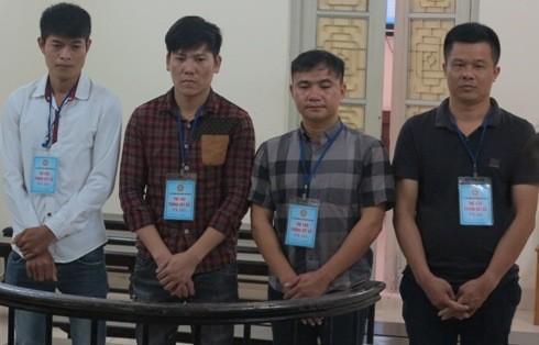 Nguyễn Duy Khoa (ngoài cùng, bên phải) cùng các đồng phạm tại phiên tòa