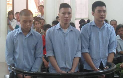 Lê Văn Tuấn (ngoài cùng, bên trái) cùng đồng phạm