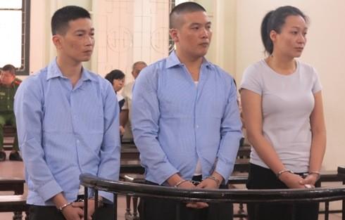 Nguyễn Thị Thu Huyền (ngoài cùng, bên phải) cùng đồng phạm tại phiên tòa