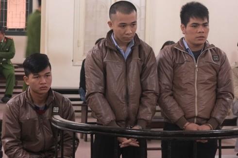Đỗ Văn Việt (ngồi) cùng đồng phạm tại phiên tòa sơ thẩm lần hai