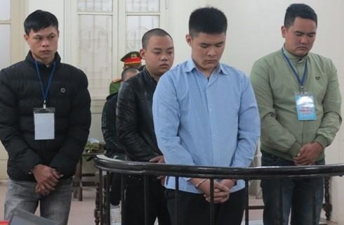 Đoàn Thành Chí (trên cùng) cùng các bị cáo liên quan tại phiên tòa