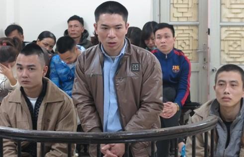 Nguyễn Xuân Phương (giữa) cùng đồng phạm tại phiên tòa