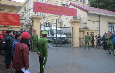 Khu vực cổng TAND TP Hà Nội trước giờ khai mở phiên xử