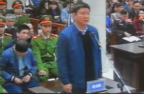 Bị cáo Đinh La Thăng trả lời các câu hỏi kiểm tra căn cước của HĐXX