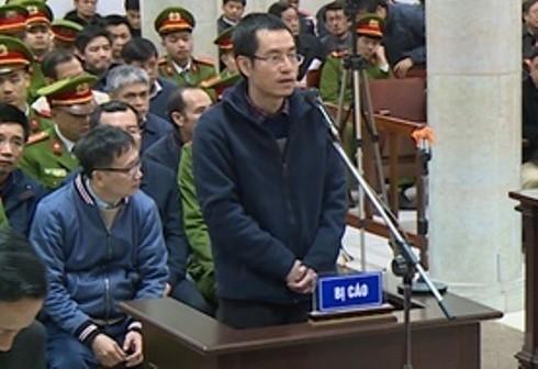"""Bị cáo Lương Văn Hòa - nguyên Giám đốc điều hành Dự án Vũng Áng - Quảng Trạch trình bày về nỗi khổ với """"sếp"""" trước tòa án."""