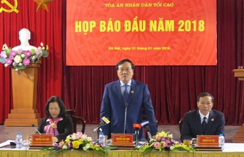Bí thư Trung ương Đảng, Chánh án TAND Tối cao Nguyễn Hòa Bình (giữa) trả lời các câu hỏi tại cuộc họp báo
