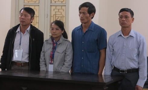Cặp vợ chồng Nguyễn Thị Thu Trà (giữa) cùng các bị cáo liên quan