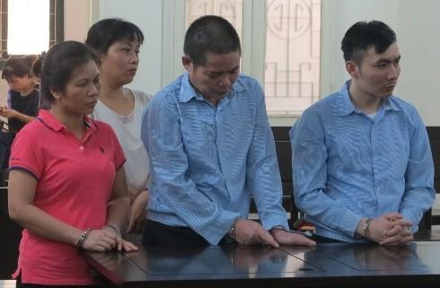 Hạ Văn Dũng (giữa) và các bị cáo liên quan bị đưa ra tòa xét xử.