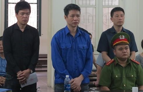 Thạch Tuấn Anh (giữa) và đồng phạm bị đưa ra tòa án xét xử.