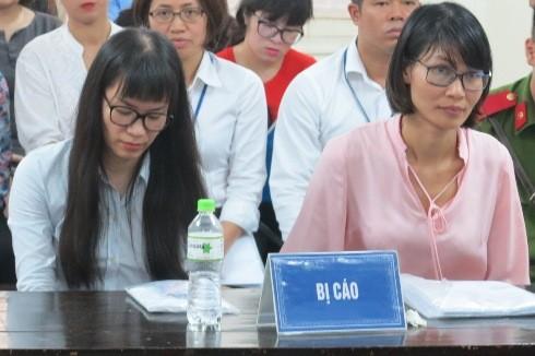 Cựu nữ tổng giám đốc Nguyễn Hồng Anh (bên trái) và đồng phạm tại phiên tòa.