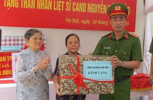 Trung tá Tô Anh Dũng - Trưởng CAQ Long Biên trao phần quà đầy ý nghĩa cho thân nhân liệt sỹ Nguyễn Bắc Thảo.