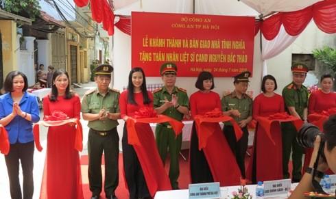 Thiếu tướng Đinh Văn Toản cùng các đại biểu cắt băng khánh thành, bàn giao nhà tình nghĩa cho thân nhân liệt sỹ Nguyễn Bắc Thảo.