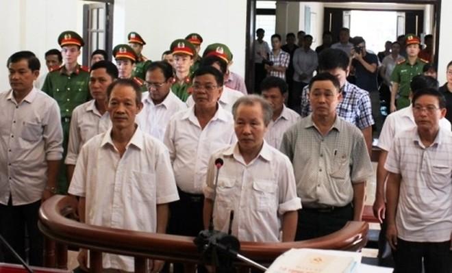 Các cựu cán bộ xã Đồng Tâm tại phiên tòa sơ thẩm.