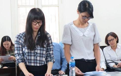 Bị cáo Nguyễn Hồng Anh (bên trái) và đồng phạm tại phiên tòa.