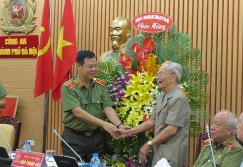 Thay mặt Đảng ủy, Ban Giám đốc CATP Hà Nội, Thiếu tướng Đào Thanh Hải trao tặng lẵng hoa tươi thắm tới các cán bộ CATP Hà Nội thời kỳ kháng chiến chống Pháp.