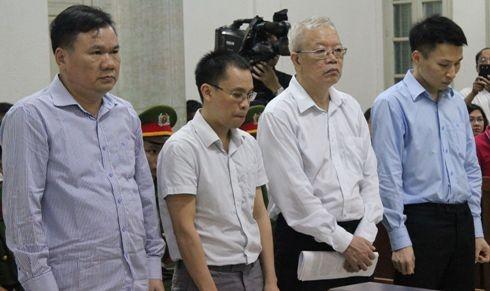 Bị cáo Trần Trung Chí Hiếu (thứ 2, từ phải sang) và đồng phạm tại phiên tòa.