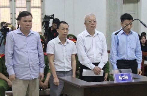 Trần Trung Chí Hiếu (thứ 2, từ phải sang) và các bị cáo liên quan tại phiên tòa.