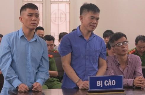 Nguyễn Xuân Hào (ngoài cùng, bên phải) và đồng phạm tại phiên tòa.