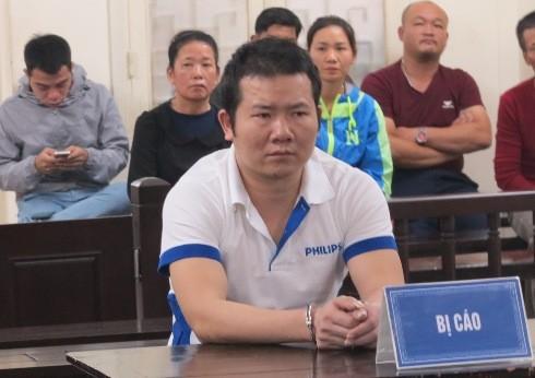Hoàng Đình Hợi bị đưa ra tòa xét xử.