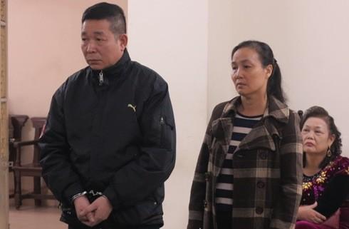 Phạm Phú Thanh và vợ bị đưa ra tòa xét xử.