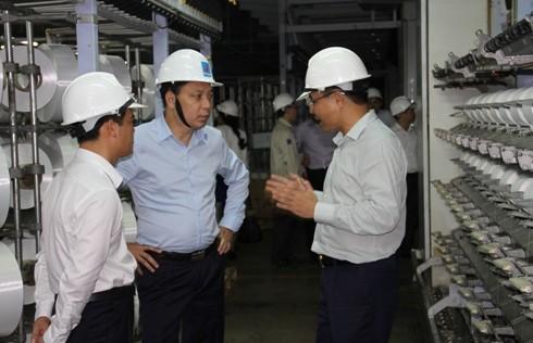 Thứ trưởng Bộ Công Thương Đặng Hoàng An kiểm tra tiến độ nâng công suất sản xuất sợi DTY
