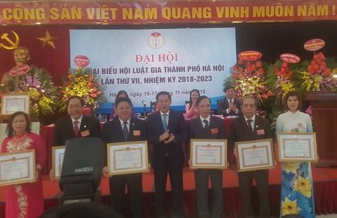 Đồng chí Lê Hồng Sơn - Phó Chủ tịch UBND TP Hà Nội trao tặng bằng khen của thành phố cho các tập thể, cá nhân của Hội Luật gia thành phố